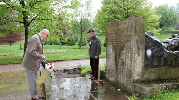 PADLÝM z první a druhé světové války  se v packých Jírových sadech poklonili představitelé radnice, školáci, veřejnost  a za skauty Karel Pokorný.
