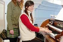 Cilka Škubalová při výuce hry na varhany.