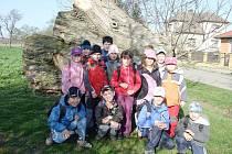 Ostroměřští žáci u Dobrovodského rybníka.