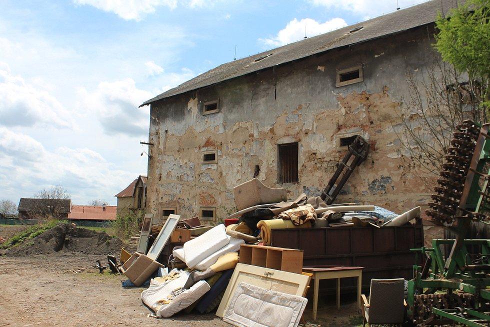Obec pozemek před třemi lety koupila a plánuje rozsáhlou rekonstrukci. Nyní slouží dvůr jako odkladiště.