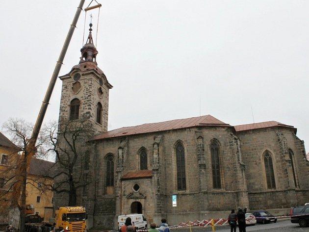 Sejmutí věžní kupole kostela sv. Ignáce.