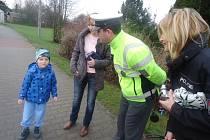 Policisté na přechodu pro chodce v Konecchlumí.