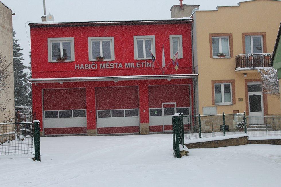 Komenského ulice při vjezdu do Miletína ve směru od Lázní Bělohradu je jako tankodrom. Ani letos ji kraj zřejmě neopraví.
