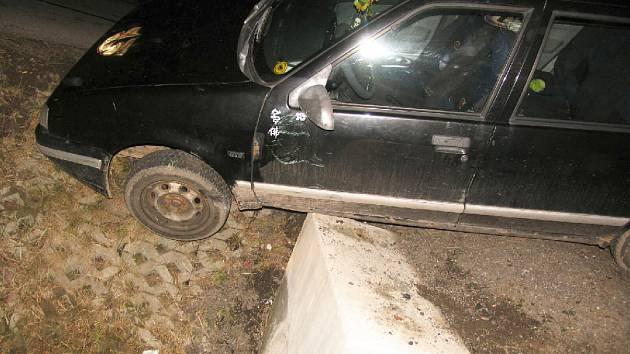 U Robous na Jičínsku havaroval s renaultem osmnáctiletý mladík, který ani nebyl držitelem příslušného řidičského oprávnění a navíc nadýchal 2 promile. Auto vzal bez svolení majitele, škoda byla vyčíslena na 2 tisíce korun.