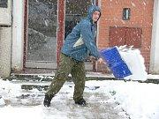 Peckovský farář uklízí sníh.