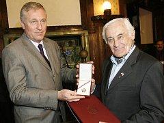 Premiér Topolánek předal plaketu také spolubojovníkovi Mašínových Milanu Paumerovi.