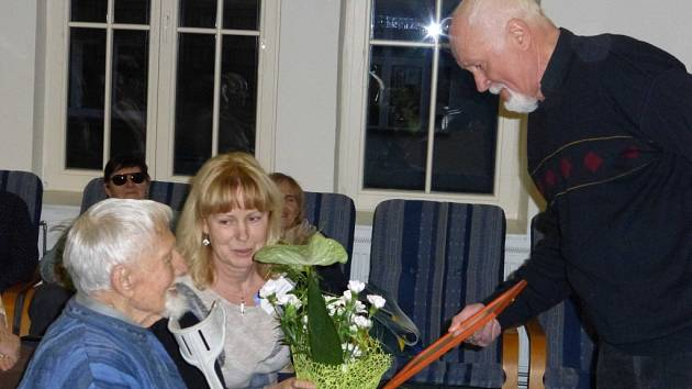 Profesor Vladimír Úlehla (vlevo) přijal pozvání do jičínské knihovny , která se přidala ke gratulantům k jeho devadesátinám.