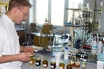 Rozbory medu ve Výzkumném ústavu včelařském v Dole.