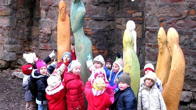 Děti před betlémem u Valdické brány.