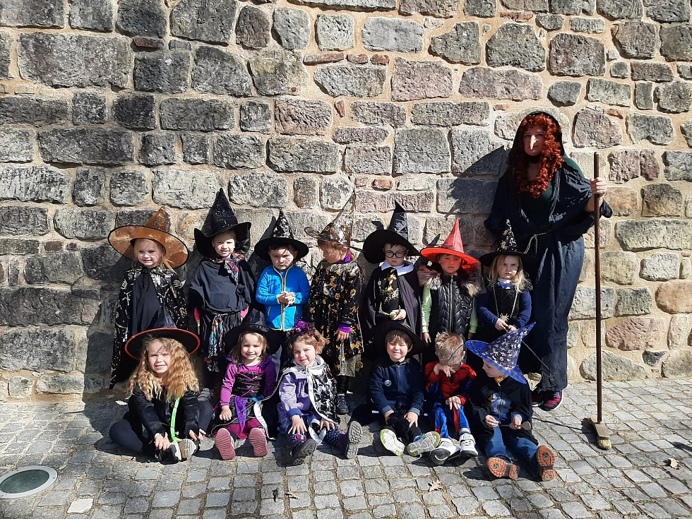 Čarodějnice dnes řádně oslavily děti z Mateřské školy Máj. Hezky si to užily a vyzkoušely si i let na koštěti. Všichni se ale nakonec vrátili v pořádku do školky. Foto: MŠ Máj