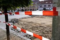 Na náměstí Jiřího z Poděbrad v Hořicích začala výměna dlážděné vozovky.