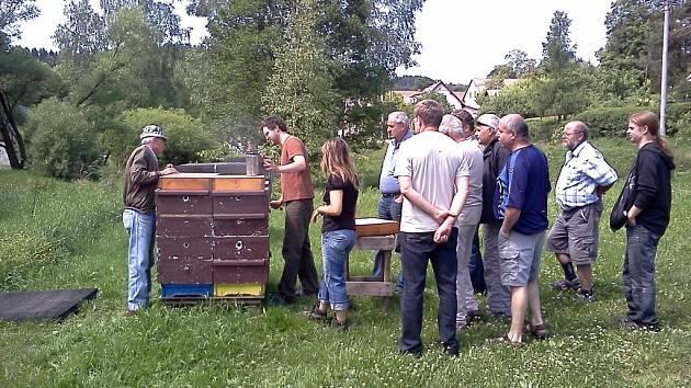 Z exkurze libáňských včelařů v Rokytníku u farmářky Simony Adamcové.