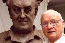 Akademický sochař Miroslav Pangrác s bustou Vladimíra Komárka.