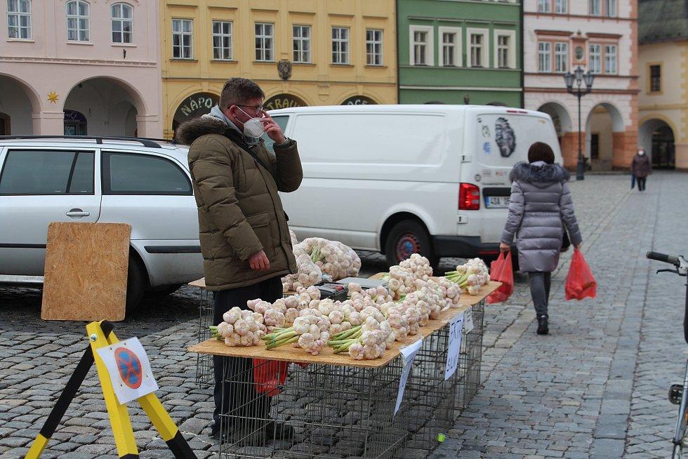 Trhovců přibývá, náměstí opět ožilo