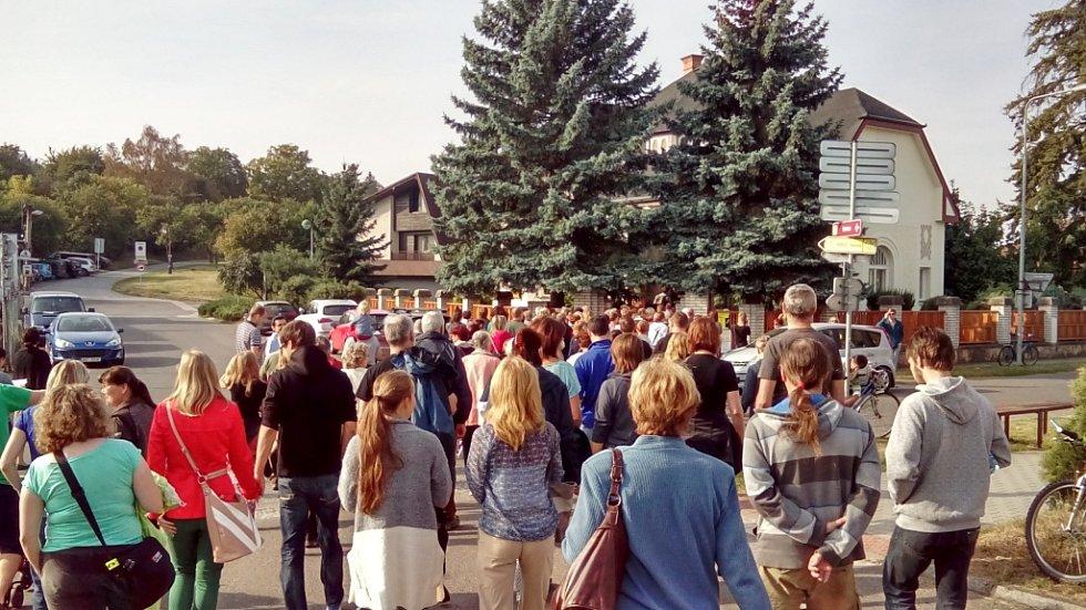 Veřejnost míří k Flečkově vile.