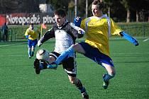 Jičínský útočník Michael Vacek bojuje o míč se soupeřem.