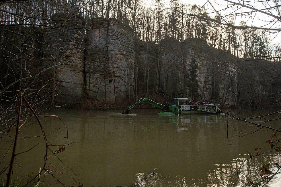 Sací bagr odsává bahno z rybníku nedaleko hradu Kost