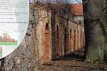 Opravená zeď v Libosadu u lodžie.