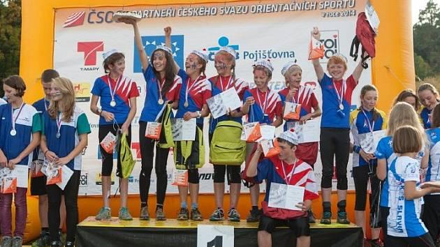 ANNA KOCHOVÁ (na nejvyšším stupínku zcela vlevo) výrazně pomohla výběru Východočeské oblasti k vítězství.