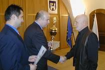 Vlastimil Jenček (vpravo) obdržel od starosty Martina Puše cenu za celoživotní zásluhy.