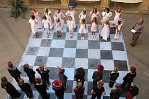 Živé šachy na nádvoří.