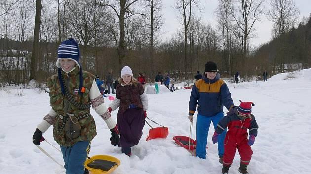 Maškarní rej na sněhu ve Stavu.