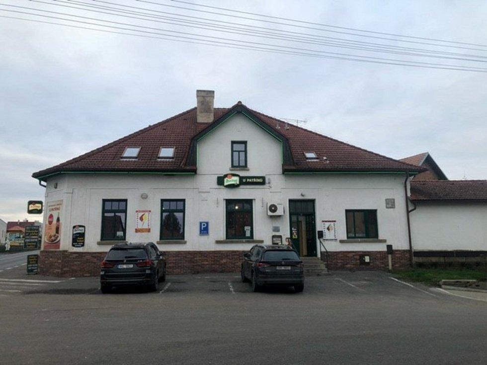 Provozovatel Restaurace a penzionu U Patřínů v Konecchlumí má obavy o existenci provozovny. Pokud se hospody potřetí zavřou, obává se, že tady zkrachují. Foto: Tomáš Kazda