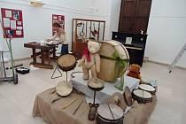 Výstava hudebních nástrojů v jičínské galerii.