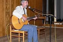 V bělohradském kulturním sále lázní se koná mnoho akcí - besedy, koncerty, prezentace. Na snímku vystoupení zpívajícího právníka Ivo Jahelky.