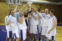 CENNÁ TROFEJ nad hlavami novopackých basketbalistů. Ve finále porazili BVK Holice a postupují do druhé ligy.