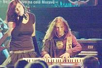 Z koncertu kapely Samhain v Brně - frontmanka Veronika Stříbrná a klávesista Jirka Vrba.
