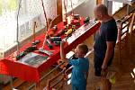 Příznivci motosportu mohli obdivovat v Kulturním domě ve Slatinách širokospektrou výstavu modelů. Představilo se letectvo, tanky, automobily, vlaky, jeřáby i dvě stě hraček z dob socialismu.