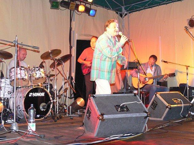 Petr Spálený koncertoval v bělohradském parku Bažantnice.