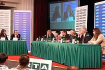 Předvolební diskuse regionální televize RTA v jičínském Masarykově divadle