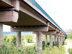 Silniční železobetonový most na přeložce silnice I/35 v Hořicích.