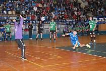 Házenkáři JIřína vybojovali dva body v Litovli. Na snímku jičínský hráč Radek Král při střelbě sedmimetrového hodu v domácím duelu s mužstvem Zubří, který však v sestavě svého týmu v Litovli chyběl.
