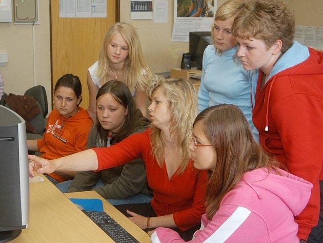 Žáci kopidlenské základní školy využívají internet.