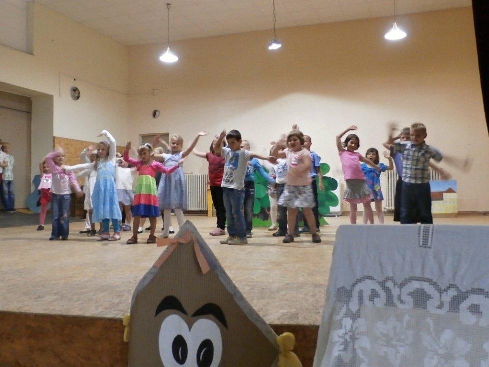 Kopidlenské děti nacvičovaly na slavnosti.