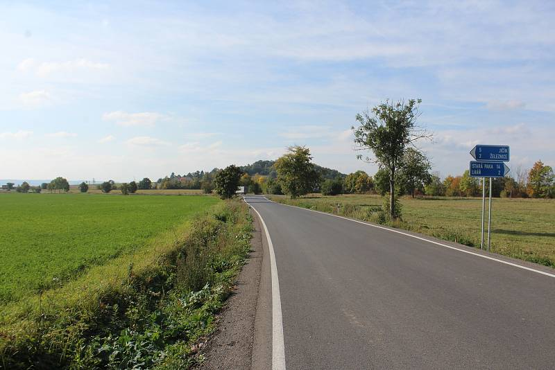 Na odbočce ze silnice mezi Lomnicí a Jičínem by podle starostů obcí na Železnicku měla vzniknout zákazová značka pro auta nad 12 tun. Změna dopravného značení ale není jednoduchá záležitost.