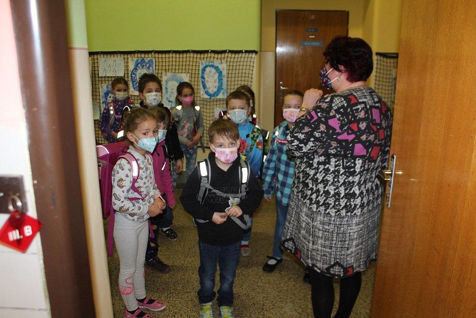 Do základní školy se vrátily v pondělí také děti prvního stupně základní školy ve Staré Pace. Některé přišly s rodiči, kteří se chtěli testování zúčastnit.