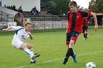 Sobotecký hráč Jakub Gabriel (v bílém) při zakončení akce, brání Martin Horák.
