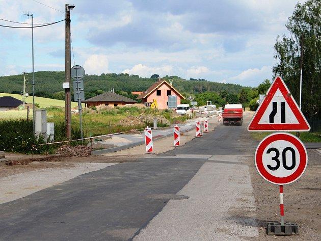 Rekonstrukce chodníků a vjezdů za dva a půl milionu korun bez DPH v ulici Českých bratří potrvá do poloviny července.