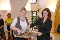 Autorky Jana Kořínková (vlevo) a Hana Fajstauerová pokřtily v jičínské obřadní síni novou publikaci Jičínští fotografové do roku 1945. Knihu vydává Regionální muzeum a galerie Jičín.