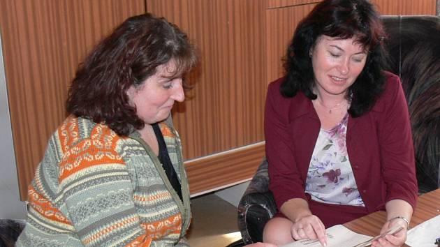 Starostka Starého Mista Dita Loudová (vlevo) se ve čtvrtek setkala rovněž s poslankyní parlamentu za KSČM Soňou Markovou.