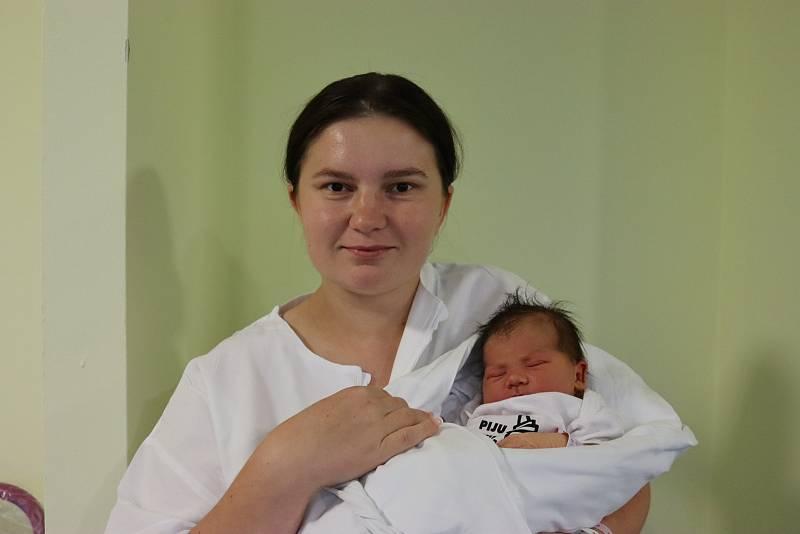 NATÁLIE ISACHOVÁ se narodila 21. září ve 21.43 hodin. Měřila 49 cm a vážila 3630 g. Velmi potěšila své rodiče Andreu Grabowskou a Zdeňka Isacha z Hradce Králové.