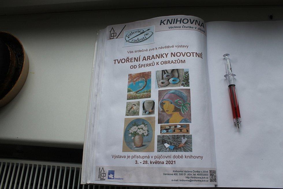 Aranka Novotná vystavuje v jičínské knihovně