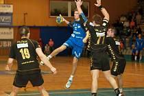 Mladíček Tomáš Babák (s míčem) střílí jeden gól za druhým. Doma jich Přerovu nasázel sedm, v Třeboni dokonce osm.