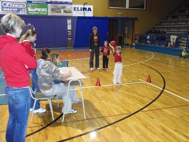 Z předvánočního halového turnaje jičínských mateřských škol.
