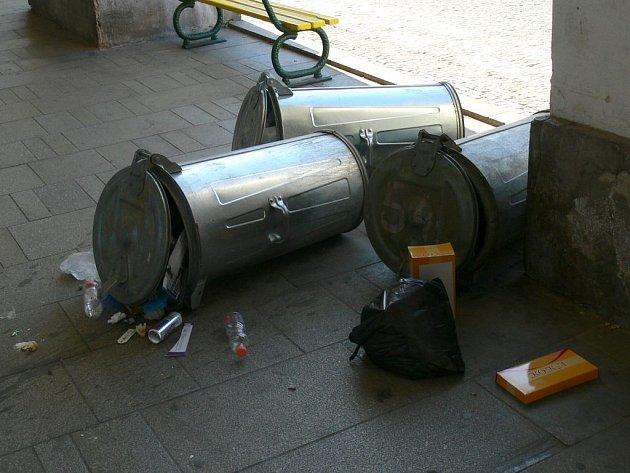 Vandalové řádili i na jičínském Valdštejnově náměstí.