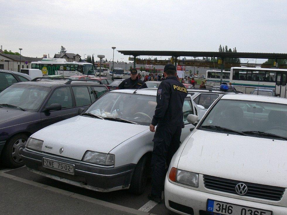 Běžná kontrola dokladů osob i vozidel.